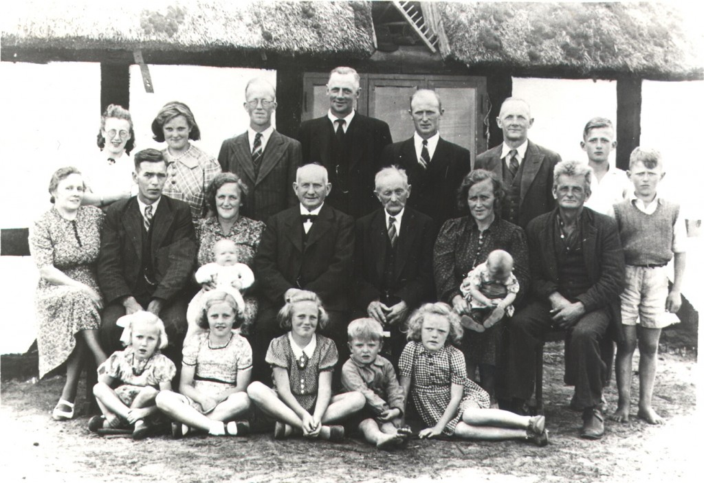 Ølholm Kærvej i 1945 (Klara og Kristian Mikkelsen sidder til højre)