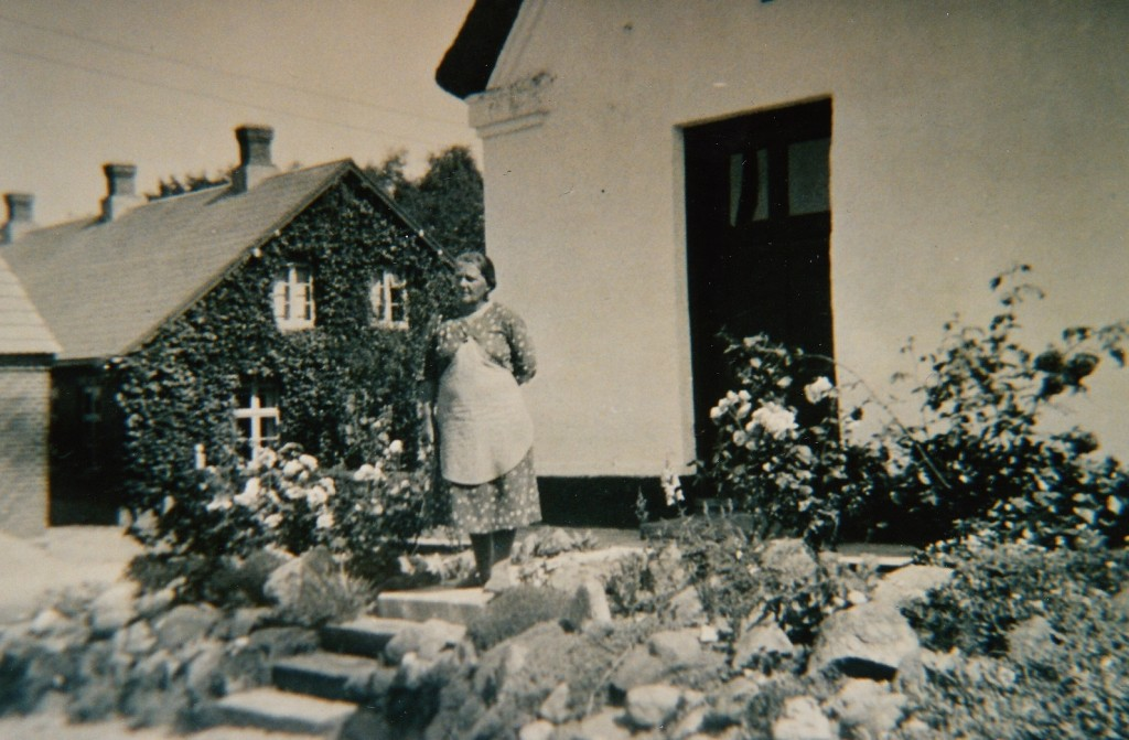 Jutta Rattenborg foran sin indgang ved Ølholm Bygade 21